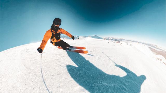 Vue 360 d'un skieur qui faut des virages sur la piste du glacier des 2 Alpes